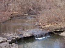 Una cascada más grande a lo largo del rastro que camina Foto de archivo