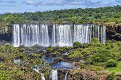 Una cascada más alta en las cataratas del Iguazú, el Brasil Foto de archivo libre de regalías