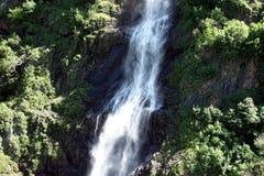 Una cascada sol-encendida en Canadá Imagen de archivo