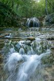 Una cascata di belle cascate nella gola haphal Penisola della Crimea Paesaggio tropicale Fotografia Stock