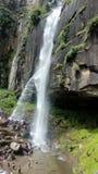 Una cascata su una roccia e su una gente immagini stock