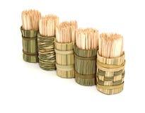 Una casella di bambù rotonda dei toothpicks fotografia stock