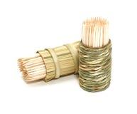 Una casella di bambù rotonda dei toothpicks immagine stock libera da diritti