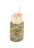 Una casella di bambù rotonda dei toothpicks fotografie stock