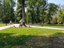 Una casetta per giocare dei piccoli bambini sul prato inglese nel parco della città in molla in anticipo fotografia stock libera da diritti
