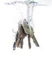 Una catena chiave che cade nell'acqua Immagine Stock