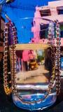 Una catena delle palle di vetro in un bicchiere d'acqua Fotografia Stock Libera da Diritti