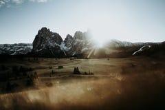 Una catena montuosa ad alba Immagine Stock
