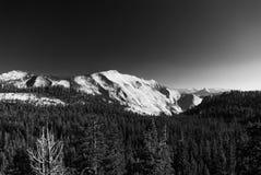 Una catena montuosa vicino al parco nazionale di Yosemite, California fotografia stock libera da diritti