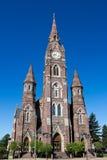Una cattedrale di pietra rossa di tre torri Immagine Stock