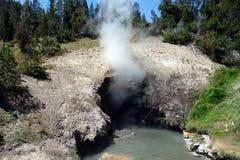 Una caverna che erutta vapore nauseabondo Fotografia Stock Libera da Diritti
