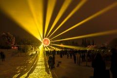 Una celebración con un sol artificial grande con los rayos ligeros Fotografía de archivo libre de regalías