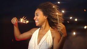 Una celebración hermosa con la bengala y los fuegos artificiales en el fondo en la noche en la cámara lenta almacen de metraje de vídeo