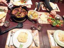 Una cena del potluck entre los amigos Foto de archivo