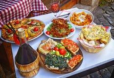 Una cena del verano Pastas, pizza y arreglo hecho en casa de la comida Imagenes de archivo