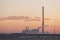 Una central de calefacción en una mañana hermosa Foto de archivo libre de regalías