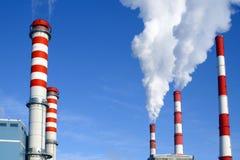 Una centrale elettrica moderna e rispettosa dell'ambiente contro una centrale elettrica obsoleta fotografia stock libera da diritti