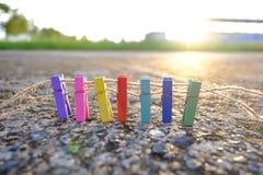 Una cerca colorida de pinzas y puesta del sol o salida del sol hermosa Fotos de archivo