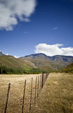 Cerca y montañas de alambre Foto de archivo libre de regalías