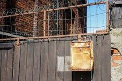Una cerca de madera con un buzón viejo Foto de archivo