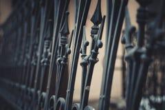 Una cerca decorativa Cerca del hierro labrado imagen de archivo libre de regalías