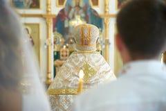 Una ceremonia de boda en la iglesia ortodoxa Pares del recién casado en el franco Imagen de archivo