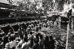Una ceremonia hindú en el templo de Tirta Empul fotos de archivo