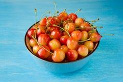 Una cereza del cuenco cerezas dulces con una piel fina y un cremoso grueso imagenes de archivo