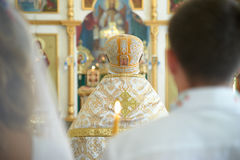 Una cerimonia di nozze nella chiesa ortodossa Coppie della persona appena sposata nel franco Immagine Stock