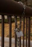 Una cerradura metálica del candado con la cadena Foto de archivo