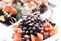 Una certa decorazione con frutta durante il banchetto di nozze Il buffet alla ricezione Assortimento delle canape Servizio di ban Fotografia Stock Libera da Diritti
