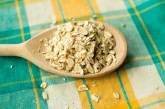 Una certa farina d'avena nel cucchiaio di legno Fotografia Stock Libera da Diritti