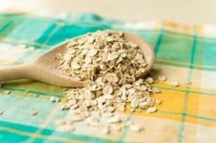 Una certa farina d'avena nel cucchiaio di legno Fotografie Stock Libere da Diritti