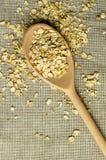 Una certa farina d'avena nel cucchiaio di legno Fotografia Stock