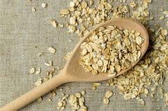 Una certa farina d'avena nel cucchiaio di legno Fotografie Stock