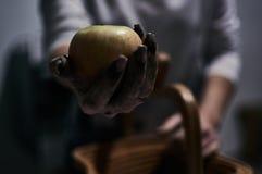 Una certa mela di applesjuicy in mani sporche fotografia stock