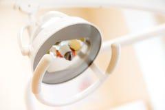 Una certa strumentazione di stomatologia con gli strumenti della medicina Fotografia Stock