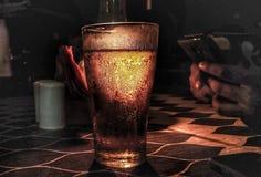 una cerveza para un humor relajado fotografía de archivo