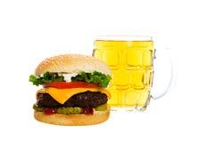 Una cerveza y una hamburguesa fotos de archivo