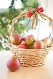 Una cesta con las peras Fotografía de archivo libre de regalías