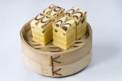Una cesta de bambú de torta imagenes de archivo