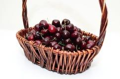 Una cesta de cerezas Foto de archivo libre de regalías