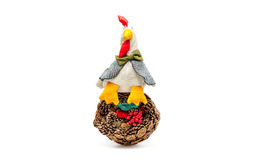 Una cesta de conos del pino y de un gallo hecho a mano Fotos de archivo