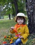 Una cesta de flor mayor de la persona del verde de la planta del árbol de la gente de la hierba de la primavera del retrato de la Imagen de archivo