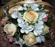 Una cesta de flores imagen de archivo libre de regalías