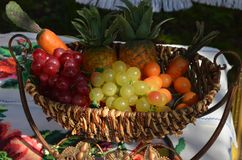 Una cesta de frutas y verduras Imagen de archivo libre de regalías