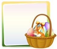 Una cesta de huevo de Pascua con un conejito Imagen de archivo libre de regalías