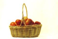 Una cesta de manzanas Imágenes de archivo libres de regalías