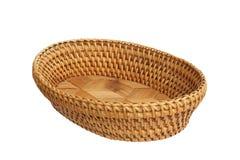 Una cesta de mimbre vacía aislada sobre el fondo blanco. Fotos de archivo libres de regalías