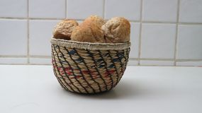 Una cesta de Mini Bread Foto de archivo libre de regalías